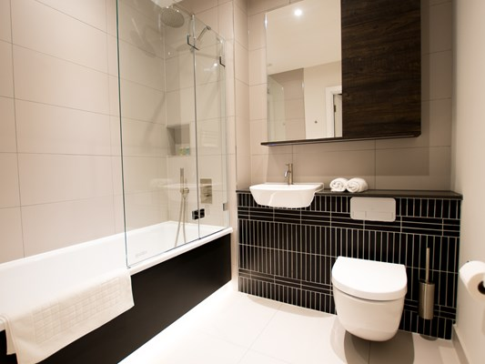 Charles Hope Heathrow North 1 Bedroom Apartment Bathroom